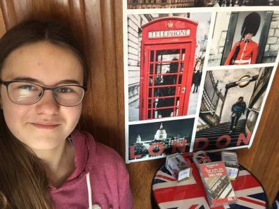 Saint-Lô Interparoissial L'affiche a été gagnée par ma sœur qui a participé au Big Challenge tous les ans pendant son collège ! Le reste des objets, c'est que toute la famille aime l'Angleterre, ma mère y a étudié 1 an...