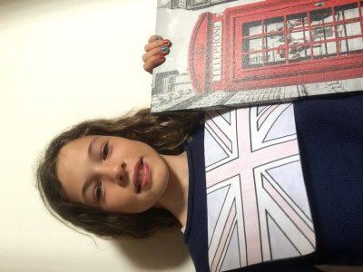 """Je suis au collège Saint Louis de Gonzague de Perpignan. Coucou je suis Camille, j'adore Londres j'y suis allé cet été. Sur cette photo c'est moi portant le pull des enfants du Prince et de la Princesse d""""Angleterre j'ai du vernis bleu et rouge et il y a un tableau de Londres. Bonne journée à vous. Camille Koechlin"""