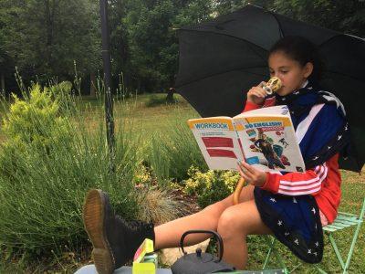 """Le Vésinet Le Bon Sauveur, 6ème  Voici une petite photo de mes révisions, autour d'une tasse de thé et d'un chocolat after eight.  Armée de mes Doc Martens, je me prépare dans ce jardin au style anglais au big challenge 2020.  J'adopte un style londonien avec ma tasse big ben, mon parapluie, le lampadaire et le mauvais temps qui me font sentir comme dans """"singing in the rain"""".  So british!"""