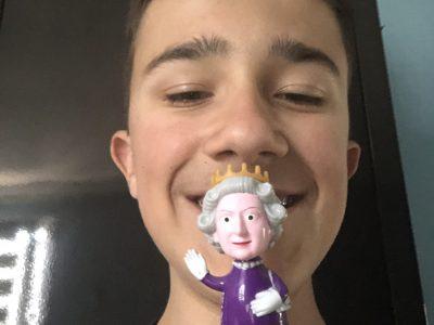 Bonjour, je m'appelle Maxime je suis en 4eme au collège Sacré Cœur La Salle de Reims. Je vous envoie une photo de moi avec la Reine d'Angleterre que j'ai rencontrée durant mon voyage scolaire. Bonne journée à vous.