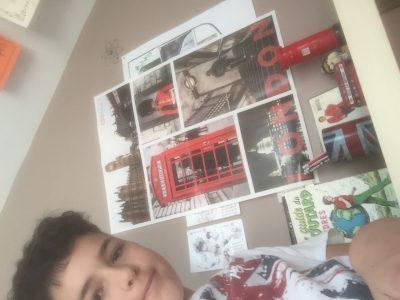 Saint-Saulve. Collège Notre-Dame. Voici la photo de mes objets, il y a un poster London, un CD Elton John, une tirelire avec un chien déguisé en garde et représentant une boite au lettre, des guides du routard de Londres, un bus Anglais, un pot de crayon avec des crayons anglais dedans et mon t-shirt sans oublier. Désolé pour le sourire j'étais concentré sur le bouton.