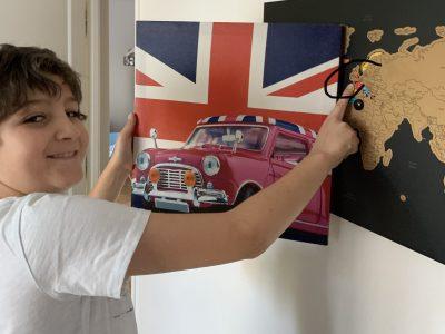 J'habite à Boulogne-Billancourt, je suis au collège St Joseph du Parchamp. J'ai choisi de représenter un tableau typique du Royaume-uni avec une voiture anglaise sur un fond du drapeau de ce pays. Avec mon doigt j'ai montré sur la map monde le Royaume-uni. Merci à vous