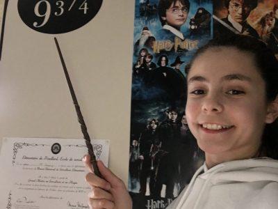 Ma ville: Marguerites  Collège Lou Castellas  Je suis une fan d'Harry Potter !!! L'affiche derrière moi c'est l'affiche de tout les harry potters !!! Et la baguette c'est la baguette d'hermione. Plateforme 93/4!!!