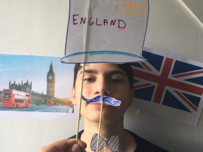 Nantes - Externat des enfants nantais Je vous présente ma photo sur le thème de l'Angleterre, j'ai mis sur mon mur ; Big Ben et le drapeau, puis j'ai fabriqué des décorations masquées ( chapeau, moustache, noeud papillon) les clichés des anglais....