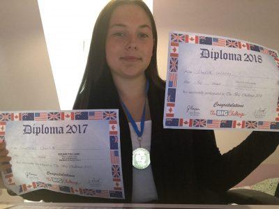 Bonjour je m'appelle Charlotte Coudray. Je suis élève de 3ème au collège Paul Harel de Rémalard. Voici ma photo ! Vous pouvez y voir une médaille que j'ai reçu en finissant première au concours de 2017 et également deux diplômes : un du concours de 2017et l'autre du 2018.
