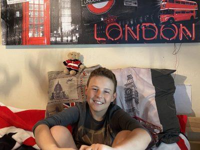Moûtiers Collège Jean-Rostand. Je suis fan de l'Angleterre j'ai eu la chance d'aller à Londres. Et j'ai adoré cette ville. C'est pourquoi j'ai des draps,un tableau, une couverture, un coussin, un t-shirt, un porte clé, un doudou, un classeur... London ! Thank you so much for giving us the chance to win a present. Bye, Hugo LEMENAGER