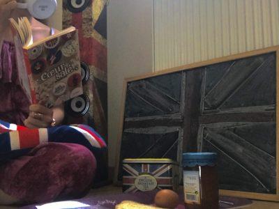 Je m'appelle Amandine et je vis en Bretagne à Plabennec , je suis au collège Saint Joseph en 3ème. Sur ma photo j'ai pu vous montrer ce qu'on faisait pendant le confinement , c'est a dire : devoirs, manger, dormir, écouter de la musique, lire ...