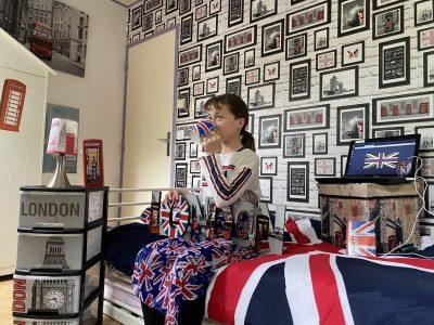 """Vous avez demandez une photo avec un élément anglais et sachant que le thème de ma chambre est Londres, j'ai donc plein d'élément qui font penser a l'Angleterre. Sinon je viens de Lamorlaye dans l'Oise et mon je suis au collège """"collège Françoise Dolto"""". Caron Inès"""