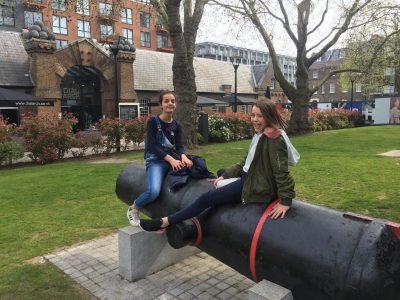 Bonjour, j'habite a Beauregard et je suis dans la college Saint Pierre. Dans cette photo je suis en Angleterre a Londres, Woolwich au Royal Arsenal avec une amie, on est assise sur un grand canon qui a beaucoup servie, moi, je suis a droite. Cette photo date de l'année passée.  Pour moi, c'est le canon, et le pays dans lequel je suis, qui invoque l'Anglais