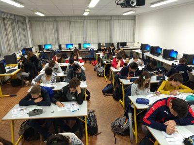 La classe de 4e4 du Collège St Orens (31). Quiet, we're working in here!