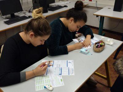 Victoria et Hind, élèves de 4e du collège Jacques Prévert de St Orens (31) en pleine réflexion linguistique !