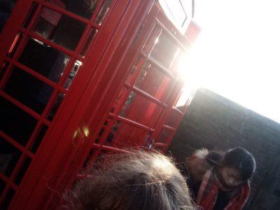 Bussy Saint Georges, Collège Claude Monet. Sur ma photo nous pouvons voir une magnifique cabine anglaise et moi juste devant. J'ai pris cette photo durant notre voyage scolaire en Écosse en février dernier.
