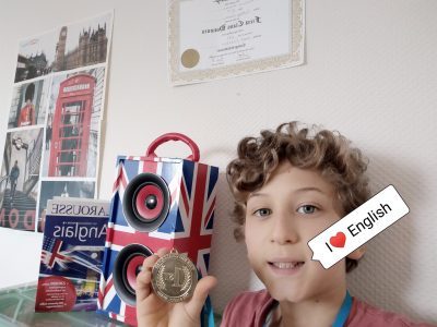"""Bonjour, Je m'appelle Ruben Aiello, je suis en 5ème au Collège François Raspail Sur la photo, je tiens la médaille de premier du collège du Big Challenge de 2019. Il y a aussi le diplôme de """"First Class Honours"""" de l'année précédente où je suis arrivé 1er du collège, 11ème du département et 1469ème de France avec 271 points. Je serait honoré de recevoir ce prix !"""