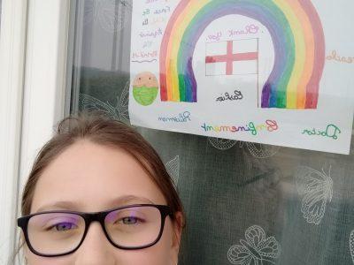 Ville : Beaune-la-Rolande  Nom du collège : collège Frédéric Bazille J'ai choisis de faire et d'accrocher à ma fenêtre ce dessin pour redonner du courage et le sourire à mes voisins comme le font les enfants en Angleterre.