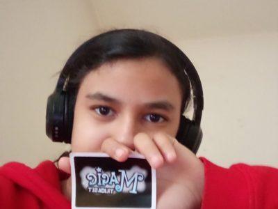 """Voici un selfie de moi avec une carte de magie """"Magic Trickset"""" ! . Sa a été un plaisir de faire ce challenge (つ✧ω✧)つ"""