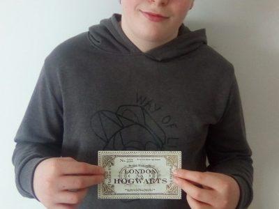 Le Mans, Collège des Mûriers   Pour moi Harry Potter est une saga qui représente l' Angleterre c'est pourquoi je me suit pris en photo avec le billet de train (9 3/4) qu' Harry Potter a utilisé pour se rendre a Poudlard en train magique.