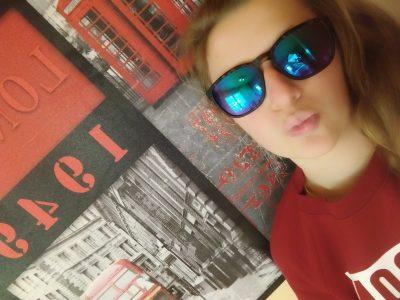 Je vis à Manosque et j'étudie au collège jean Giono . Je vois la vie en rouge et noir comme le symbole de Londres, avec les bus et les cabines téléphoniques rouge.  Mon rêve et d'y aller pour y travailler comme photographe et perfectionner mon anglais, photographier des moments unique.