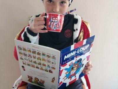 Lesneven - Collège Saint-François-notre-dame  Le prince prend son thé en lisant un magazine.