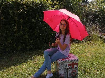 Brie-Comte-Robert Collège Arthur Chaussy. J'ai pris une photo de moi qui bois un petit thé dehors sous mon parapluie et sur un pouf de Londres.