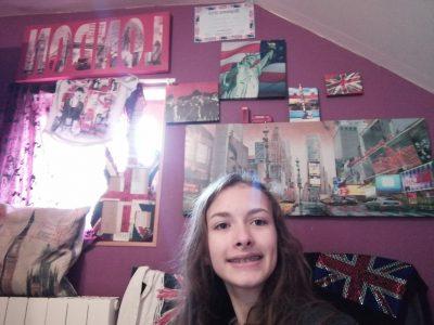 ville: Dun le Palestel collège: benjamin bord  voila une photo de moi avec tous mes objets de Londres et New York
