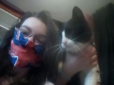 Les Avenières, collège Arc en Ciers J'ai mis un masque avec le drapeau de l'Angleterre et j'ai pris mon chat.