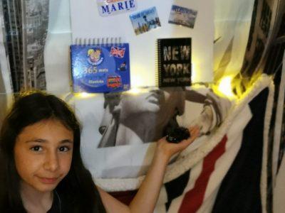 Collège des Baous Saint-Jeannet. Tout au long de ma vie j'ai eu la chance de beaucoup voyager et souvent dans des pays et villes anglophones comme Londres, New York, la Californie, le Canada... Tout au long de ces voyages j'ai pu ramener des souvenirs que j'ai essayé de mettre dans cette photo. Les as-tu trouvés ?  Et oui il y mon rideau avec des motifs de New York, ma couverture avec le drapeau du Royaume-Uni, un livre 100% américain dans ma main, un mini taxi londonien dans mon autre main, deux magnets (un de la statue de la liberté que j'ai ramené de New York et l'autre des chutes du Niagara que j'ai ramené du Canada), une petite pancarte qui vient tout droit de Californie, un calendrier pour apprendre un mot d'anglais par jour et un carnet de New York.  Merci d'avoir admiré ma photo et d'avoir lu ce texte et n'oublie pas si ce n'est ce pas encore fait de participer au Big Challenge !!