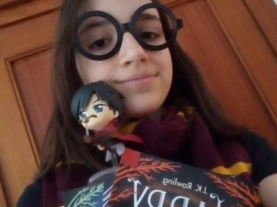 Villeurbanne, Collège Immaculée Conception. Pour moi c'est Harry Potter qui me rappelle l'anglais. Une photo de moi avec les trois premiers tomes de la saga et une figurine de Harry Potter en train de faire du quidditch.
