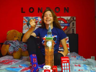 """Valence d'Agen collège Jean Rostand  Commentaire : J'ai fais une photo avec les principaux emblèmes de l'Angleterre : Big Ben,les gardes royaux sur les chaussettes,les cabines téléphoniques, la reine Elisabeth II sur le cadre, le panneau """"underground"""" sur le cadre derrière et puis la couronne derrière sur un cadre. Et bien sur le drapeau.  Anaïs Follet"""