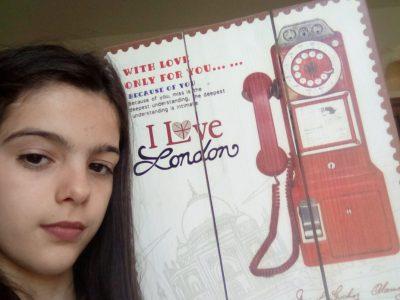 Voilà mon selfie avec une affiche sur Londres!!