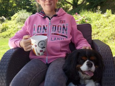 This IS a picture of me with an english dog Cavalier King Charles . I wear a jacket of London city i drink my tea in a english mug. Collège Jasmin les îles .