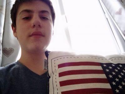 Collège:tolouse lautrec Ville:Langon Commentaire sur la photo:Vais-je ridiculiser en posant à coté du drapeau américain tout en n'étant pas du tout intéressé par les Etats-Unis???