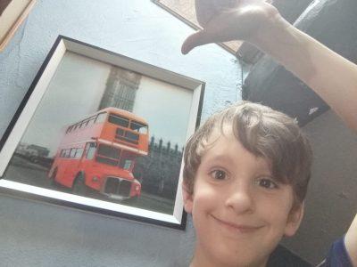 Ville : Saverdun Collège : girbet  Je suis devant un cadre qui change de forme selon l'endroit où l'on se place : représentation d'un bus anglais : a double-decker Bus.  I'm fine to show you this picture !!!  Have a nice day !!  Alexis Gonzalez.