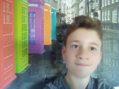 Montfort-L'amaury                 Hugo DASILVA FERRARI  une photo de moi avec des cabine téléphonique anglaise sa me fais penser a l'anglais car ce cadre est accrocher au mur de ma chambre