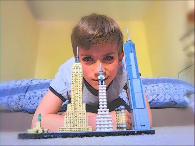 bourg la reine : Institut Notre Dame  j'ai pris une photo de reproduction LEGO des hauts/historiques/touristiques bâtiments de New York City, je me suis mis sur la photo puis j'ai flouté les contours en suite j'ai ajouté un filtre pour rendre la photo plus originale et plus vivante .