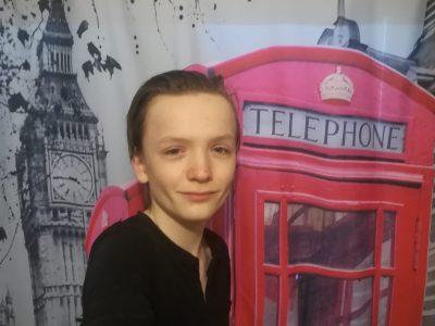Chauvigny, collège Gérard Philipe. Me voici (Ker'dähn Baudouin) après avoir fini le Big challenge dans une cabine téléphonique a Londres.