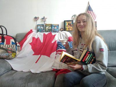 Pérenchies, Sainte Marie, je lis Shakespeare, buvant une tasse de thé avant de regarder Harry Potter, et en arrière planil y a les drapeaux des pays anglophones.