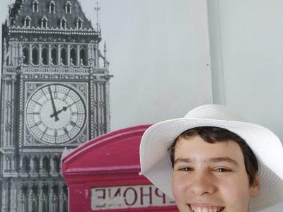 Collège Louise Weiss à Nozay (91)  Un petit air de la reine d'Angleterre avec mon chapeau, isn't it ?!!