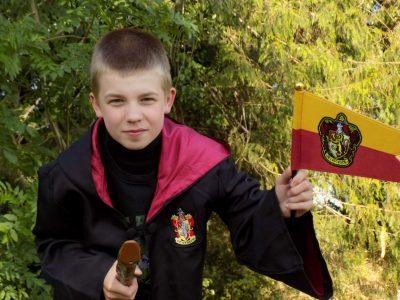 Bonjour j'ai décidé de faire cette photo de moi déguisé en Harry Potter car quand je regarde Harry Potter sa me fait penser a l'Angleterre  vue que sa se passe la bas j'espère que la vidéo vous plairas .  Ville:Maretz Collège:François Villon a Walincourt-Selvigny