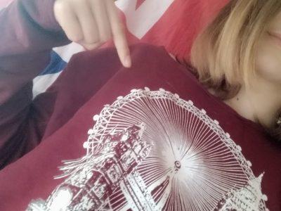 """Vachère (maison) collège du pays de banon (collège). Un drapeaux UK et un pull """"London"""" acheter a Londres (Camden town)."""