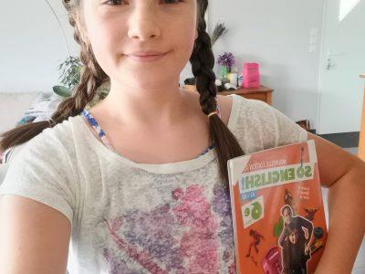 Louise au collège Les Hauts de plaine à Laragne-Montéglin.  I have got a british flag on my tee-shirt and my english book !!