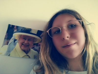 Versailles Collège Hoche  Zoé is taking a selfie with Queen Elizabeth