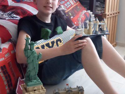 Bonjour. Je suis au collège Albert camus à moulin les Metz et je m'appelle Eliott. Comme vous pouvez le constater je suis un grand fan de lego et j'aime l'Anglais. Nous pouvons voir la statue de la liberté, le Palais de Buckingham et les grands monuments de Londres.