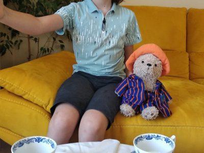 Valréas, Collège ST Gabriel.  Après l'effort, le réconfort! Mon ami Paddington et moi prenons une cup of tea!