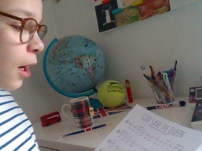 """Bonjour,  Je m'appelle Ferdinand Grousson, j'ai 12 ans et j'habite au Puy en Velay.Je suis au collège Saint- Jacques-de-Compostelle et si je devais donner un nom a cette photo,ce serai bien sur : """"God save the Queen !"""" et oui,ce magnifique hymne accompagné de tous ses objets typiques !!! Il manquais plus que la Reine ! (pas en photo bien sur...) thanks for everything and GOOD LUCK !!!"""