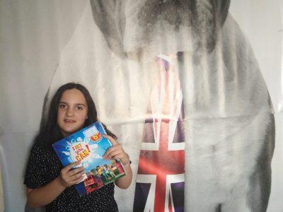 Bonjour je m'appelle Cassandra CICERO--FILLERE j'ai 12 ans et je suis au collège Saint-Jacques-de-Compostelle si je devais donner un nom à ma photo je la nommerais (the bulldog with the magnificent tie from England) et pour finie THANKS FOR EVERYTHING AND GOOG LUCK .