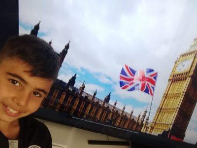 MEREVILLE, Collège  Hubert Robert  en fond on peut voir le drapeau Anglais et la tour Elisabeth ( Elisabeth Tower) d'ou l'on entendre la cloche de 13,5 tonnes surnommée Big Ben ,il s'agit du symbole de la ville de Londres,