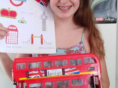 """SAVIGNY-SUR-ORGE  Collège """"Les Gâtines - René CASSIN """" Petite pause avec la Reine D'Angleterre en LEGO (LEGO Store Leicester Square à  Londres) et les différents symboles anglais (La présentation de mon cahier d'anglais et un bus LEGO CREATOR construit par moi même)."""