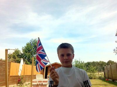 COLLEGE MAXIME DEYTS Ville:  BAILLEUL Un selfie avec le drapeau du ROYAUME-UNI pris dans mon jardin.