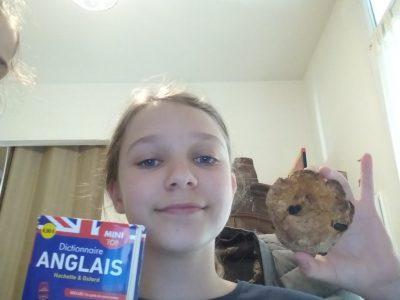Ville : Pessac, Nom de mon collège :  collège Noës  Moi, mon dictionnaire d'anglais et un Sconne (gâteau anglais) aux raisins secs.