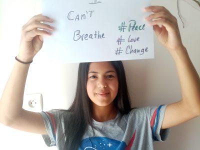 """Sara Lopez  Montpellier Collège Gerard Philipe  Ma photo représente les événéments récents aux USA, d'une part mon T-shirt NASA pour le lancement de la fusée Falcon 9 et d'autre part le slogan """" I Can't Breathe """" en relation avec la mort malheureuse d'un Afro-Américain à cause du racisme."""